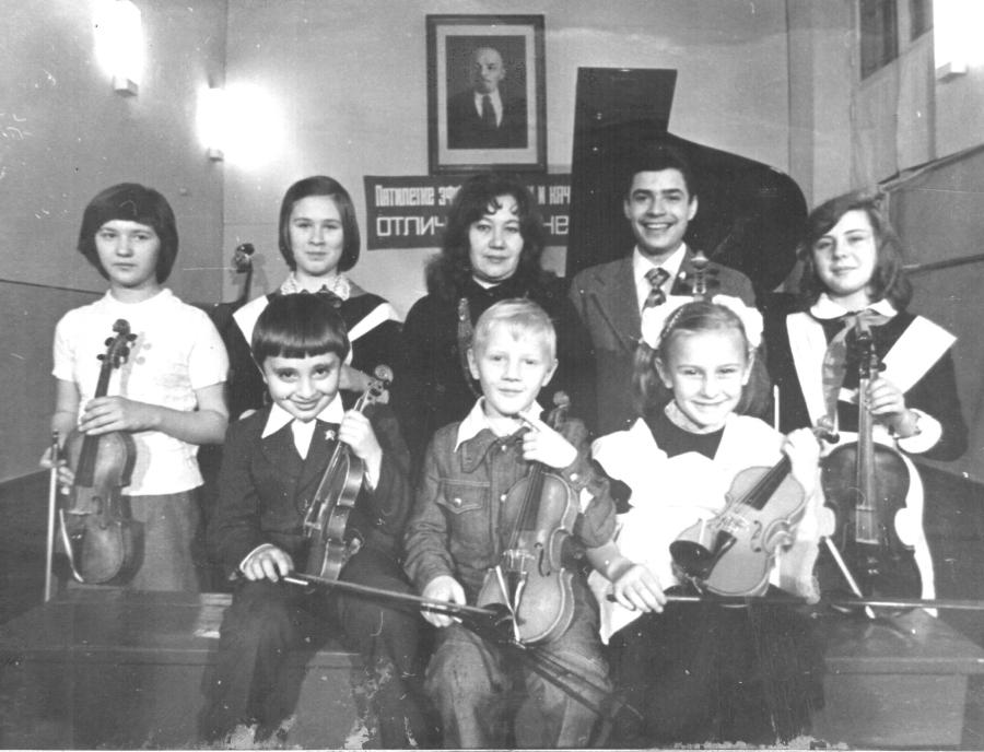 учні класу викладача Н.М.Остапенко (другий праворуч – В.Доценко)