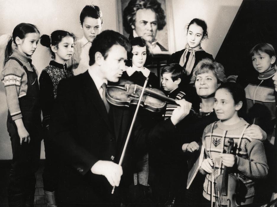 М.Могілевський на зустрічі з учнями ДМШ № 1 ім. Л.Бетховена, 80-ті роки ХХ століття