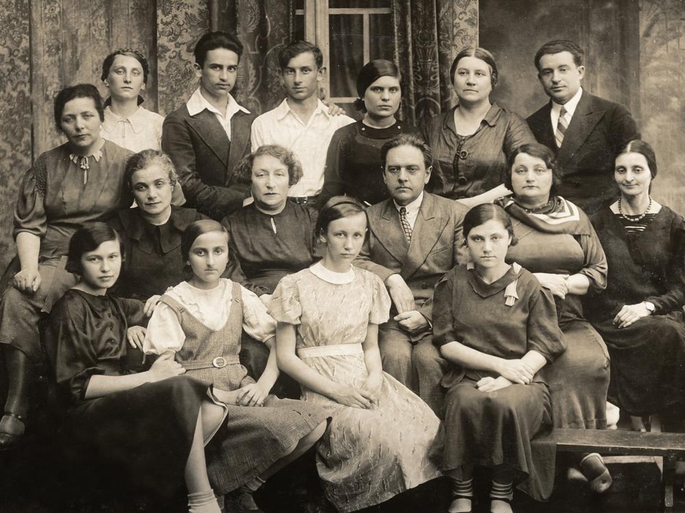 Випуск музичної школи ім. Л.Бетховена 1938 року (стоїть у центрі – Б.Слуцький)