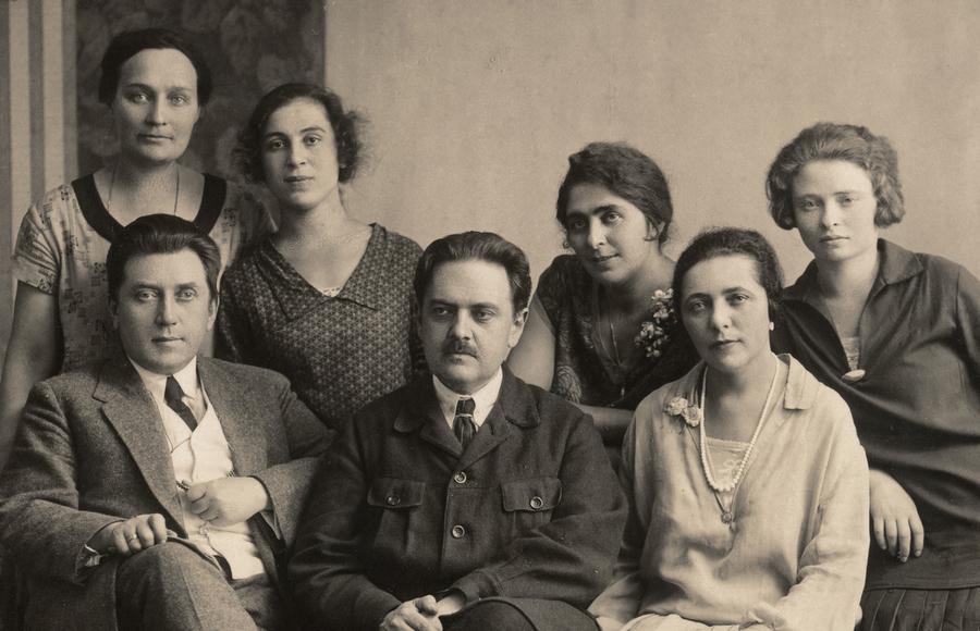 М.О.Хлєбніков з викладачами та учнями школи. 1928 рік